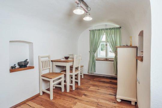 Kuchyň s okénkem do vinárny