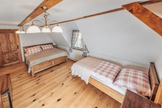 Růžový pokoj v prvním patře s výhledem na stráň a les